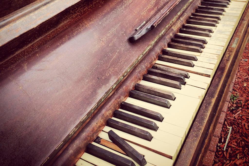 piano with broken keys